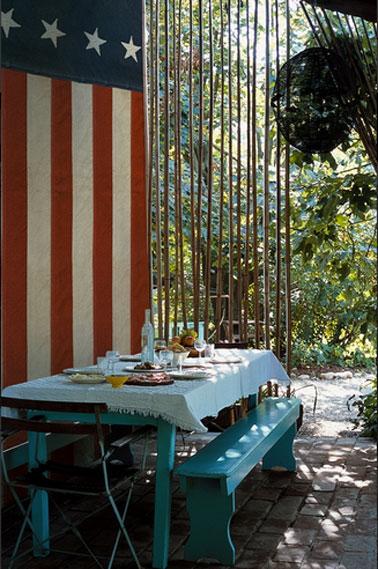 papier peint à rayures rouges et blanches dans cuisine d'été. Résiste aux lieux humides. Collection OUT chez Wall&Déco