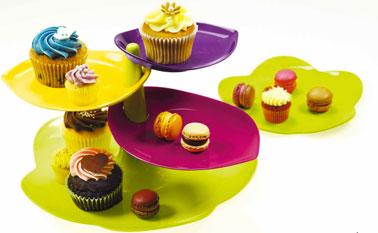 Le plat à gateau 3 niveaux Sweety. existe en 3 jeux de couleurs : Flora,Blanc/Vert ou Noir/Blanc.