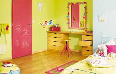 Chambre enfant, harmonie de couleur rose et jaune. Porte Lapeyre finition rose satin, bord tapis et pied tabouret bureau dans le même rose