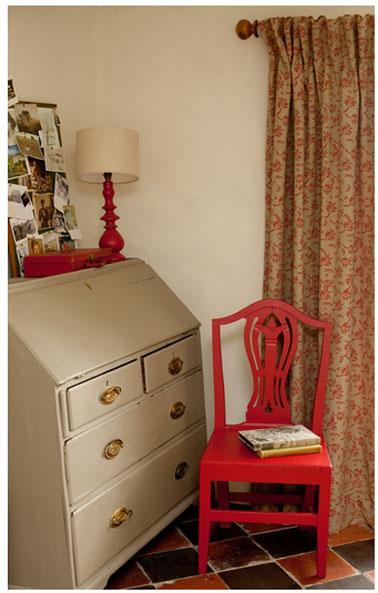 Personnaliser facilement le tissu des rideaux d'une chambre avec le rouleau de peinture à motifs