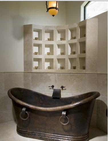 salle de bain baignoire cuivre et casiers rangement en ciment. Black Bedroom Furniture Sets. Home Design Ideas