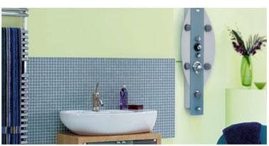 Salle de bains ambiance naturelle avec une peinture murale couleur vert d'eau de Dulux Valentine, associée à un carrelage petits carreaux gris