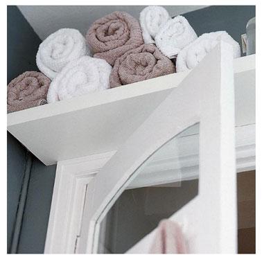 Ranger les serviettes de bain sur une étagère au dessus de la porte une solution gain de place idéale pour petite salle de bain