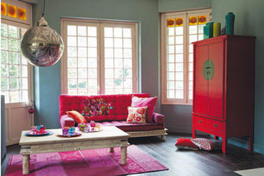 salon canap fushia et armoire rouge maison du monde. Black Bedroom Furniture Sets. Home Design Ideas