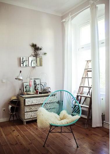 Il suffit parfois de pas grand chose pour égayer un salon gris. dans celui-ci la vieille commode est relookée avec du papier peint Liberty vert et on a ajouté un vert lumière avec le fauteuil en corde.