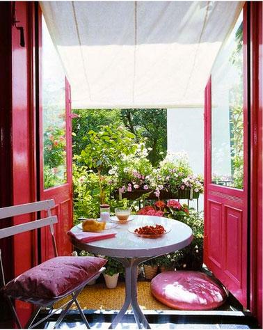 Salon ouvert sur petit balcon fleuri rose parme - Idee deco petit balcon ...