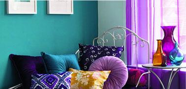 Peinture salon couleur bleu vert, en contraste rideaux, vases et coussins violet
