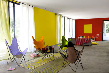 comment apporter de la couleur dans le salon facilement. Black Bedroom Furniture Sets. Home Design Ideas