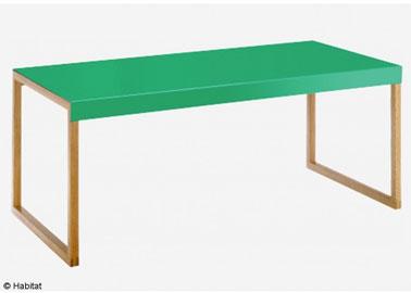 Une table basse avec plateau chêne massif finition vert émeraude pour le salon