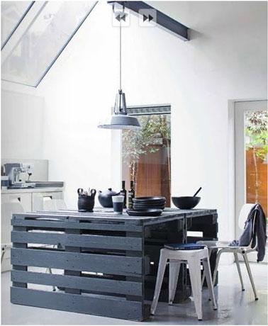 Table de cuisine fabriquée dans un esprit loft avec des palettes de bois peintes en bleu