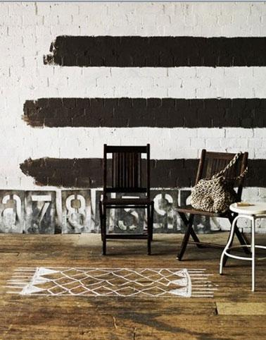 Dans salon, parquet peint pour simuler un tapis blanc. Après application de la peinture, deux couches de vernis incolore
