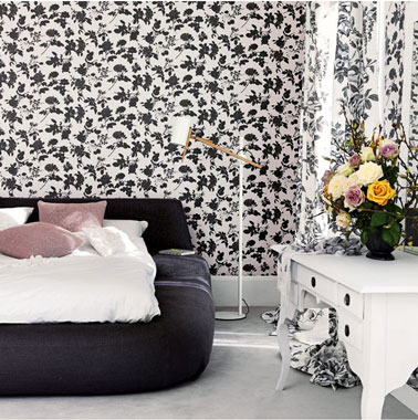 d co chambre noir blanc avec papier peint fleurs. Black Bedroom Furniture Sets. Home Design Ideas