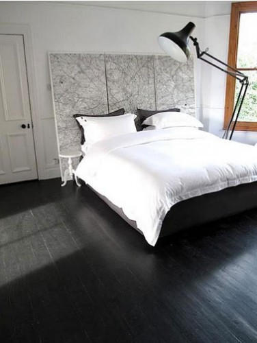 chambre parquet noir tete de lit carte noir blanc. Black Bedroom Furniture Sets. Home Design Ideas