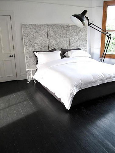 chambre parquet noir t te de lit carte routi re noir et blanc. Black Bedroom Furniture Sets. Home Design Ideas