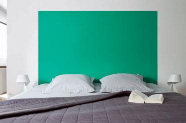 Couleur peinture chambre. Tête de lit peinte en vert émeraude sur mur blanc. Dessus de lit damassé gris souris