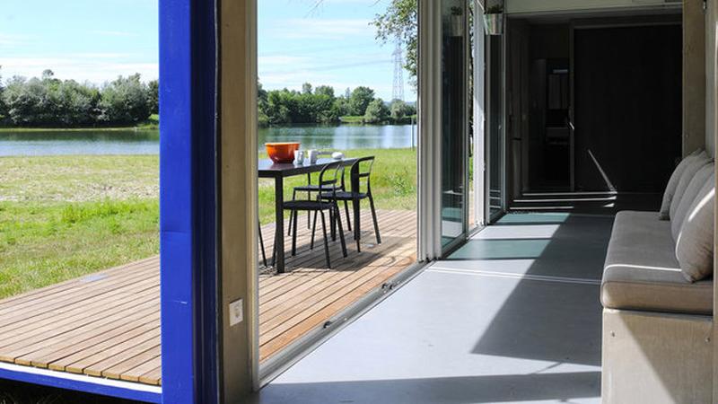 container amenage en loft pour des vacances en plein air d co cool. Black Bedroom Furniture Sets. Home Design Ideas