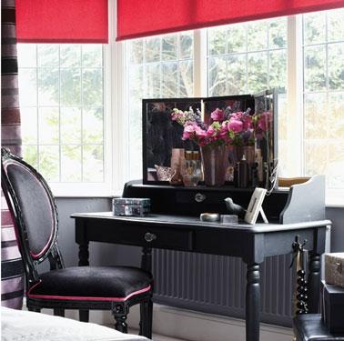 déco chambre avec couleur noir dominante. store de coton rose et rideaux à rayures rose et gris apportent douceur et féminité