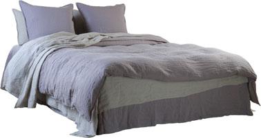 Chambre couleur grsi.Couleur gris et lavande pour cette ensemble de linge de lit en lin lavé dans la nouvelle collection Le Monde Sauvage