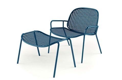 chaise et repose pieds pour le jardin en PVC deux couleurs disponibles : blanc et bleu série Bonifacio chez Habitat