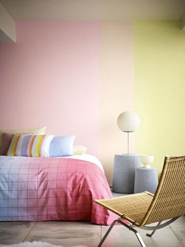 couleur peinture chambre en dégradé avec rappel des couleurs murales pour la couette et les oreillers. Sol couleur gris pastel