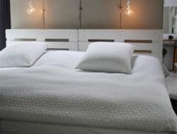 chambre-dans-loft-lit-palette-bois-blanc