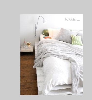 Dans cette chambre zen blanche et bois, c'est l'option des palettes du lit peintes avec un blanc ultra couvrant coordonné à la couleur de la couette