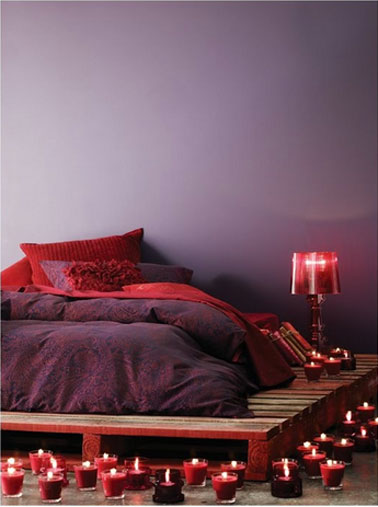 chambre couleur rouge prune lit palette bois. Black Bedroom Furniture Sets. Home Design Ideas