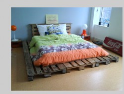 decoration-chambre-avec-lit-palette-bois-couette-orange-bleu-vert