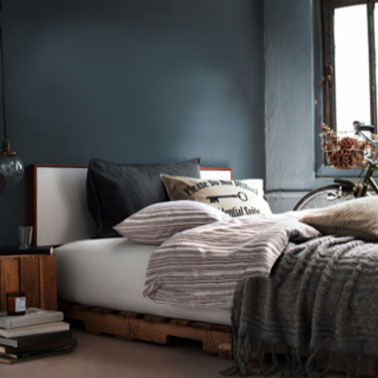 d co chambre avec un lit en palette et chevets assortis. Black Bedroom Furniture Sets. Home Design Ideas