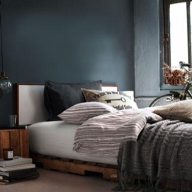 A la campagne aussi le lit en palette c'est chic dans la chambre. Pour donner de la noblesse au bois, le cire teintée est une bonne idée. A renouveler chaque année pour les palettes gardent l'aspect brillant.