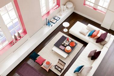 Couleur peinture salon. Pour la décoration d'un salon structurée par la couleur, couleur dominante blanc pour le canapé et le meuble bas, couleur lin pour la peinture murale et le tapis. le rose en touche pour encadrements fenêtres et coussins