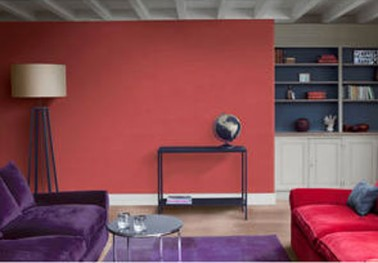 enduit d coratif effet terre dans salon couleur rouge rubis. Black Bedroom Furniture Sets. Home Design Ideas