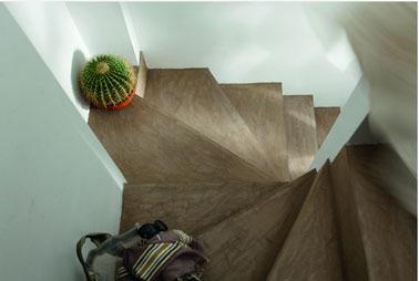 Escalier rénové en béton ciré couleur sodium Na et murs peinture blanche