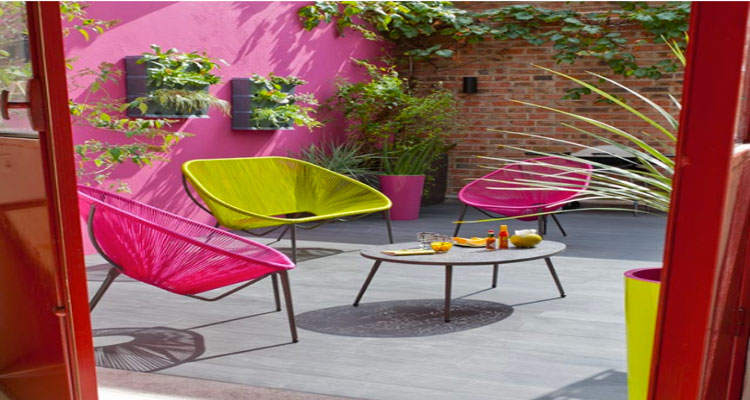chaises et table de jardin aux couleurs vives pour un ete tendance. Black Bedroom Furniture Sets. Home Design Ideas