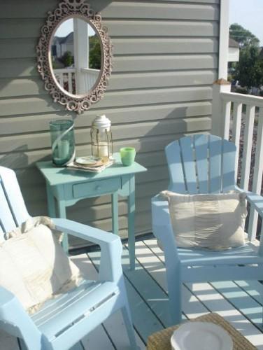 Facile d'harmoniser les couleurs sur la terrasse avec une peinture qui convient sur tous les objets plastique : table et fauteuils mais aussi les volets en plastique !
