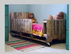 lit chambre enfant réalisé avec des palettes de bois. Une rangée de traverses assure la sécurité de l'enfant