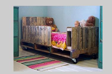 Lit chambre enfant en palette et peinture couleur verte - Peinture pour palette en bois ...