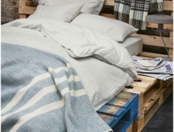 Chambre d'ado avec lit en palette bois. Le bleu d'origine est conserver pour s'harmoniser avec les couleurs de lachambre
