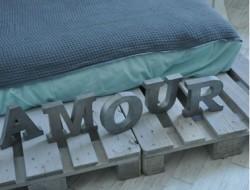 Chambre d'ado en bleu de vert. Le lit est réalisé avec des palettes bois peintes en gris bleu