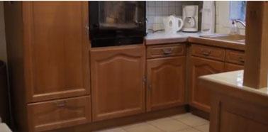 meubles de cuisine en bois verni à repeindre la peinture Rénov'cuisine. Photo avant peinture