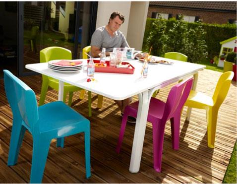 Chaises et table de jardin aux couleurs vives pour un ete tendance