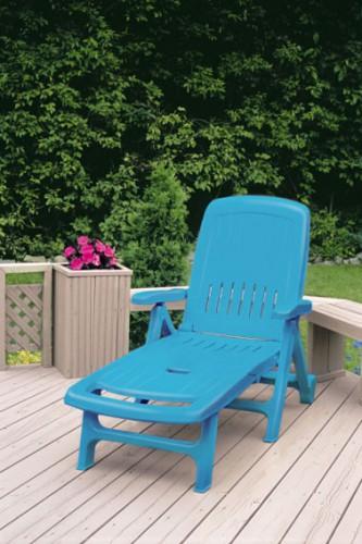 Repeindre son salon de jardin avec une peinture pour plastique, une idée relooking facile et pas chère pour rénover chaise, table et fauteuils dont le plastique a jauni ou noirci. La preuve avec cette chaise longue de jardin repeinte en bleu azur avec la peinture pour plastique Julien. Disponible en 11 couleurs vives et tendances chez Castorama