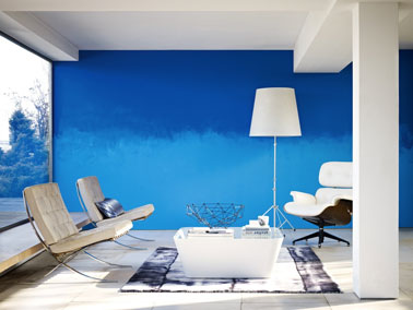 Idée peinture salon. Couleur peinture en dégradé de bleu et blanc. Aux murs peinture couleur bleu caraïbes et Bleu Marmara de la gamme crème de couleur de Dulux Valentine