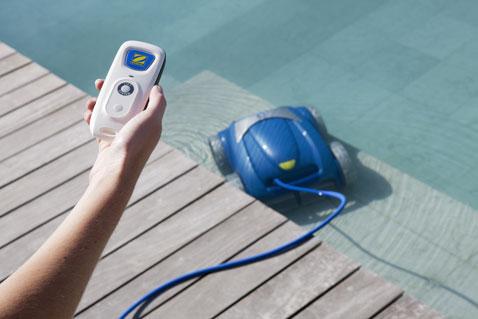 Le robot nettoyeur piscine Vortex 4 4WD est équipé d'une télécommande sensorielle et d'un chariot très maniable