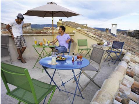 Chaises et table de jardin aux couleurs vives pour un ete tendance - Table ronde salon de jardin ...
