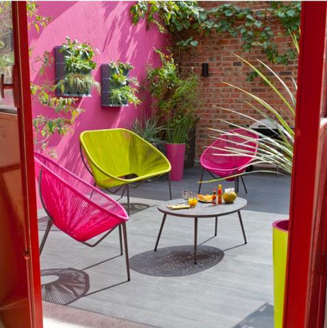 salon de jardin en corde rose et vert. Table basse en acier