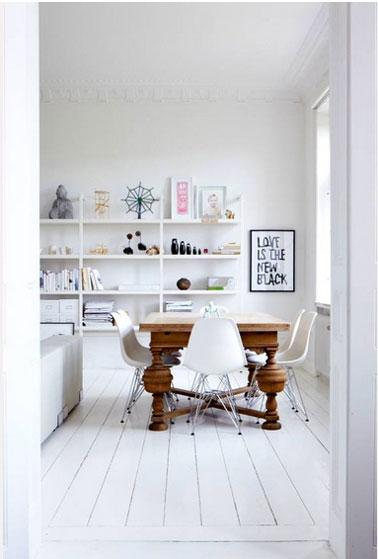 Du blanc du sol au plafond dans un salon salle à manger dans le pur esprit déco scandinave où la table en chêne massif apporte une note chaleureuse.
