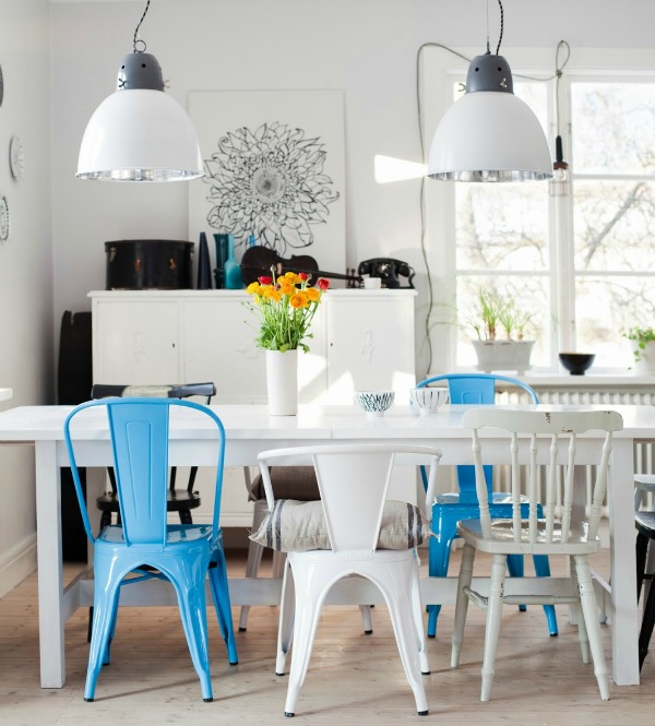 Chaise depareillees dans salle a manger couleur bleu blanc - Deco salle a manger blanche ...