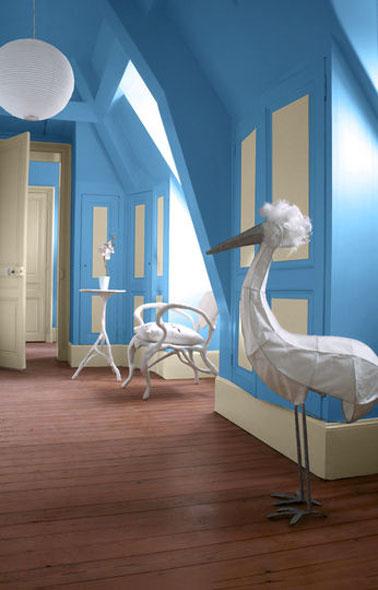 Chambre Gris Bleu Et Blanc : Déco baroque avec une peinture bleu dans une chambre adulte et des