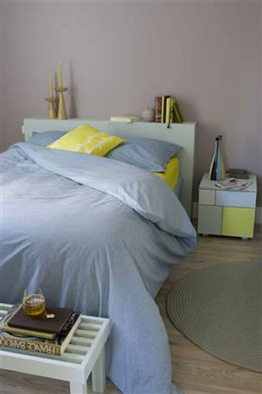 chambre couleur peinture gris vert linge de lit bleu jaune. Black Bedroom Furniture Sets. Home Design Ideas